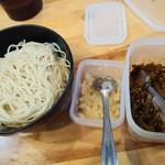 節極 - 無料の替え玉と高菜とニンニク