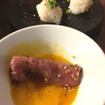 TOKYO 焼肉 ごぉ - タレ入り卵黄をたっぷり絡ませます