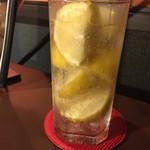 TOKYO 焼肉 ごぉ - レモンサワー。レモンが凍ってます。