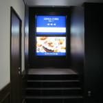 つばめグリル - 銀座駅との連絡通路には広告があります。