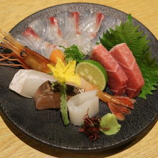 天然魚を使用した、旬の『お造りの盛り合わせ』