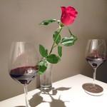 90111549 - テーブルには赤い薔薇(生花)