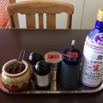 もつ煮屋 日の出食堂 - 『もつ煮屋 日の出食堂』テーブル付属の各種調味料類