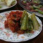 白川 - キムチの盛り合わせ。季節の野菜もサービスで。
