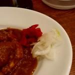 日乃屋カレー - 福神漬けと玉ねぎは、テーブルに置いてあります。