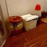 日乃屋カレー - テーブルに置いてある福神漬けと玉ねぎ。
