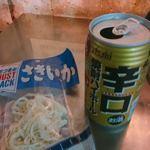 食安商店 - 辛口焼酎ハイボール(160円)とさきいか(110円)