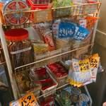 食安商店 - 自販機奥にある売店コーナー