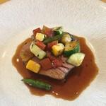 エッサンシエル - ロゼール産仔羊のグリエ 夏野菜  ソースは仔羊のジュとクミンかな?