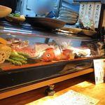 90134718 - 新鮮お魚のいっぱい入ったガラスケース♪