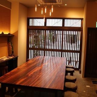 蕎麦屋ならではの空間。人気の大テーブル