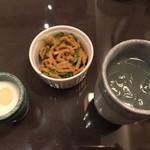 インド料理 想いの木 - セット。左からバナナラッシーとパインのアイス、自家製人参ドレッシングのサラダ。レモン水