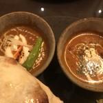 インド料理 想いの木 - 左から。シェフの賄いエッグカレーとチキンカレー