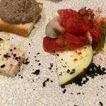 アビタコロ - 水茄子にトマトと蛸のサラダ添え、鶏肉のパテ、鶏レバーのクロスティー二
