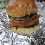 9015876 - バンズとキュウリ、タマネギ、トマト、チーズにハンバーガーパティというオーソドックスなハンバーガーです。