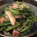 旬菜処 びいどろ - 糸満市 くんちゃまベーコンとウンチェーのにんにく炒め