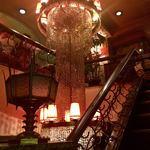 丘 - 地下1階と地下2階の間の階段にぶら下がる、でっかいシャンデリア。