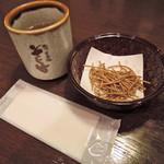 90156883 - 席に着くとまずは、そば茶とおしぼりと一緒に                       そばかりんとうが出てきます。注文したものが来るまで                       これをぽりぽり食べながら待つんだけど、                       塩味がきいてて美味しいよ。