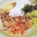 90156885 - 蕎麦は細麺。温泉玉子をくずして、天かす、とろろと                       お出汁をまぜまぜしていただくと、                       麺によく絡まってとっても美味しいです。