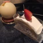 ブラスリーミリー ラ・フォーレ - 苺のロールケーキとベリーたっぷりのチーズケーキ(^∇^)