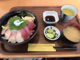 平戸瀬戸市場 レストラン - 平戸海鮮丼=1100円 1番人気とか書いてた