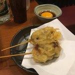 90162893 - *牛肉の天ぷら。                       中はややレア、衣はカリッと。卵黄ダレに付けて頂きます。