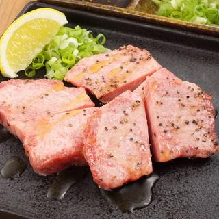 まずは、『牛タン』を自家製の調味料とご一緒に!