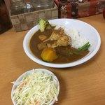 カフェ デ カリー - 8種類の野菜の骨付チキンカレーとセットのミニサラダ('18/08/01)