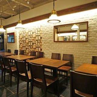 ≪テーブル席≫少人数のお食事に最適です!お料理や時間をシェアしながら楽しんで◎