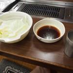 焼肉 味楽 - キャベツ & タレ