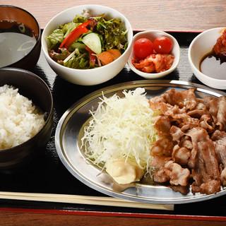 お得な平日限定ランチ「南国フルーツポークの豚バラ定食」も必食