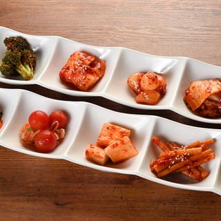 特製キムチはトマトや山芋も。バラエティに富む10種盛り合わせ