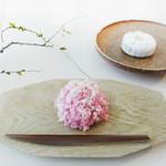 カフェ・ドン バイ スフェラ - 四季折々の和菓子を作り続ける京都の名店「嘯月」の上生菓子。(*お菓子の種類は季節ごとに異なります。)