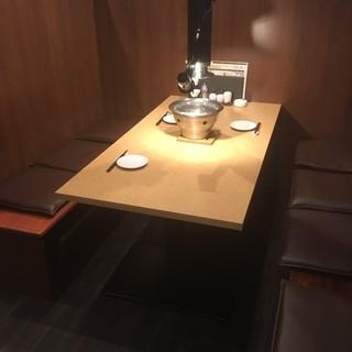 大切な会食に。背もたれが高く、半個室感覚で使えるテーブル席