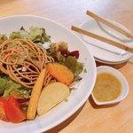 小松庵総本家 - 蕎麦の実サラダ。ドレッシングはマスタードがベースで斬新でした。蕎麦の実と蕎麦を揚げたものがトッピングされていて、楽しめました♪