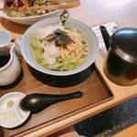 小松庵総本家 - ぶっかけ蕎麦の揚げ餅みぞれ。食べ方は、2/3は蕎麦つゆをかけていただき、そのあと、蕎麦湯をかけていただきます‼︎
