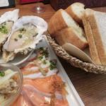 ビストロ魚金 - カルパッチョ980円、パン