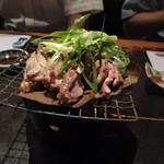 居座火家 喜人 - 鶏肉の香草焼き、目の前の七厘で焼き上げてくれました。