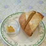 90208812 - ランチのパンとディップ