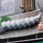 徐福寿司 - 看板代わりの秋刀魚