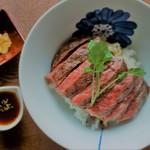 但馬牛いろりダイニング三國 - 塩と胡椒でシンプルな味付け、肉の旨味がよく分かる但馬牛のステーキ丼セット
