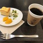 24/7 coffee&roaster - 濃厚クリームチーズケークとブレンドコーヒー(金色)のセットで842円
