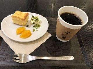 24/7 coffee&roaster yokohama - 濃厚クリームチーズケークとブレンドコーヒー(金色)のセットで842円