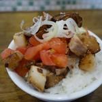 拉麺アイオイ - 「アイオイの小丼」トマトのさっぱり味と、チャーシュ、そのタレ味がマッチする小丼