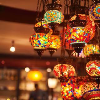 モザイクガラスのランプやガーランドで、サーカスをイメージ!!