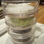 天ぷら新宿つな八 - 卓上のお塩