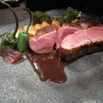 低温のオイルでゆっくり火を入れたフランス産バルバリー種 鴨胸肉 オレンジのソース