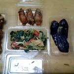 キッチン飯野屋 - 唐揚げ、小松菜と油揚げの和え物、揚げ茄子、ゴボウと人参の肉巻き(唐揚げはもっと大量にあります)