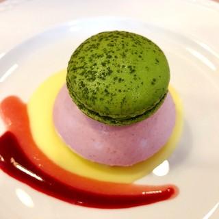 カトレア - 料理写真:スペシャルメニュー「桃のムース抹茶のマカロンと」