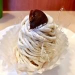 カトレア - 和栗のモンブラン@ブッセに2層のマロンクリーム、栗の強い風味のモンブラン。強めの甘み。中には栗は入っていません